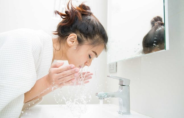 dùng nước tẩy trang xong có cần rửa mặt không