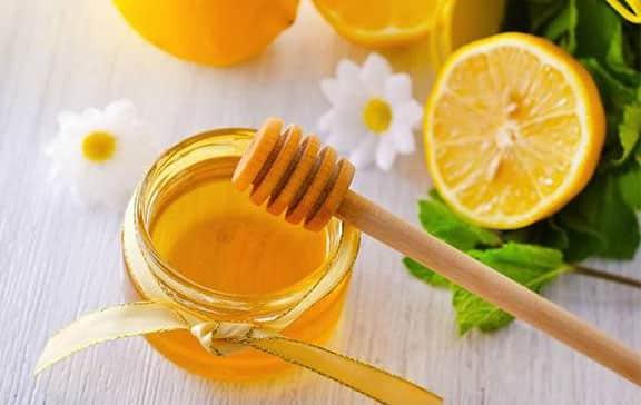 Dưỡng môi bằng mật ong và chanh
